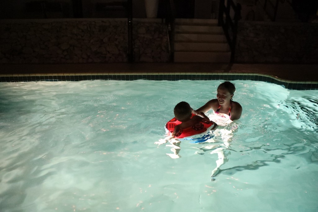 004 102 Pool in the night_resize